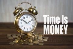 Tid är pengarbegreppet - guld- varningsklockaklocka Arkivfoto
