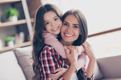 Tid av mjukhet Härlig ung le mum och hennes lilla p fotografering för bildbyråer
