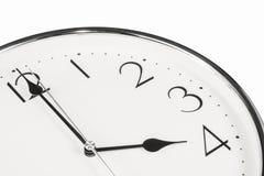Tid begrepp med den isolerade klockan Arkivbild
