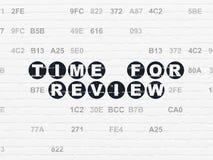 Tid begrepp: Time för granskning på väggbakgrund Fotografering för Bildbyråer