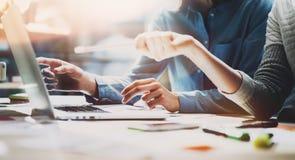 Tid för affärsmöte För kontochefer för foto som ung besättning arbetar med nytt startup projekt anteckningsbok på den wood tabell Arkivbild