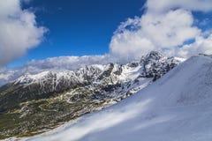 Tid för bergsemesterort på våren Arkivbilder