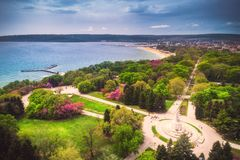 Tid för den Varna Bulgarienvåren, parkerar den härliga flyg- sikten ovanför havsträdgård arkivbild