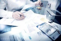 Tid för försäljningsledning process Dokument för rapport för marknad för fotobankirarbete Använd elektroniska apparater Arbetsdia Royaltyfri Fotografi