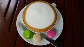 Tid för Lattekaffe- och macaronsdag Arkivbild