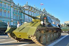 Tid för ljus behållare T-70 av världskrig II på slottfyrkant i dag av Arkivfoto