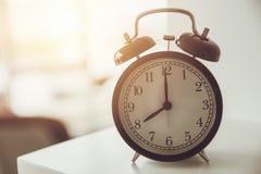 tid för morgonvarningsklockaklocka till wakeup Arkivbilder