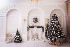 Tid för nytt år i vit vardagsrum Arkivfoto