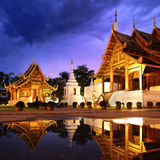 Tid för Phra Singh tempelskymning Arkivfoto