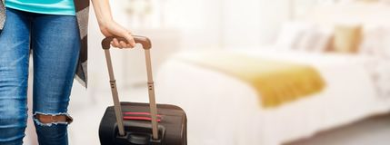 tid för semestrar - kvinna med bagageresväskan som är klar för lopp royaltyfria foton