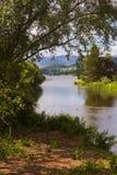 Tid för sjöområdessommar med berg och träd Fotografering för Bildbyråer