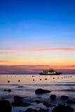 tid för solnedgång för fartygliggandehav Royaltyfri Fotografi