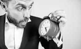 Tid ledningexpertis Hur mycket tid l?mnade brukar stopptid tid att fungera F?r aff?rsmanh?ll f?r man sk?ggig f?rv?nad klocka fotografering för bildbyråer