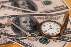 Tid och pengarbegreppsbild - gammalt silverfack Arkivfoto