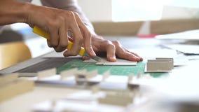 Tid schackningsperiod av arkitekten Cutting Out Component för modell arkivfilmer