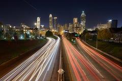 Tid schackningsperiod av Atlanta i stadens centrum trafik Arkivbild