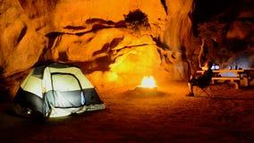 Tid schackningsperiod av att campa i den Kalifornien öknen - Joshua Tree National Park stock video