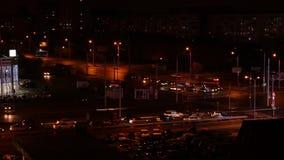 Tid schackningsperiod av bilkörning på tvärgata i stad på natten, flyg- sikt stock video