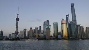 Tid schackningsperiod av Bundnattsikten av Huangpu River i Shanghai, Kina arkivfilmer