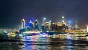 Tid schackningsperiod av Chongqing, Kina stadshorisont på Yangtzet River på natten stock video