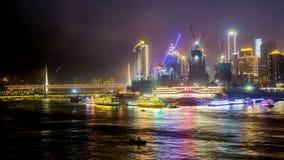 Tid schackningsperiod av Chongqing, Kina stadshorisont på Yangtzet River på natten arkivfilmer