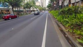 Tid schackningsperiod av cyklistridningen till och med Waikiki arkivfilmer