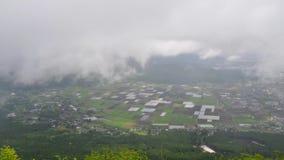 Tid schackningsperiod av den dalstaden och risfältet från bergsikt stock video