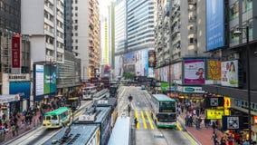 Tid schackningsperiod av den fullsatta gatan för stad Hong Kong