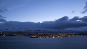Tid schackningsperiod av den isländska staden Akureyri på natten lager videofilmer