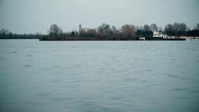 Tid schackningsperiod av den långa lastpråm som är rörande på den Dnieper floden stock video