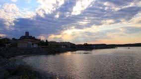 Tid schackningsperiod av den medelhavs- byn av Guissan och det marin- dammet på solnedgången, Frankrike stock video
