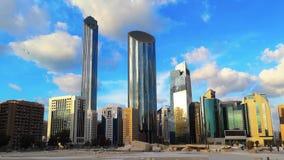 Tid schackningsperiod av den moderna stadsarkitekturen och skyskraporna av Abu Dhabi horisont med härliga moln, World Trade Cente arkivfilmer