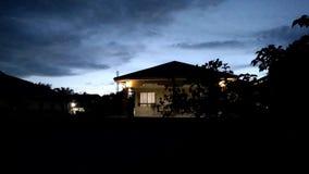 Tid schackningsperiod av den molniga solnedgången stock video