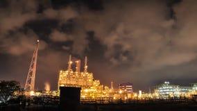 Tid schackningsperiod av den olje- och kemiska växten i nattetid stock video