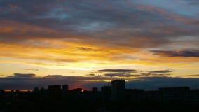 Tid schackningsperiod av den orange solnedgången Mörker - blått fördunklar flöten vid guld- himmel arkivfilmer