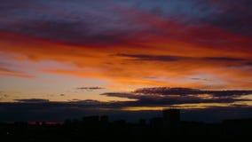 Tid schackningsperiod av den orange solnedgången Mörker - blått fördunklar flöten vid guld- himmel lager videofilmer