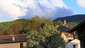 Tid schackningsperiod av den pyrenean byn i Aude arkivfilmer