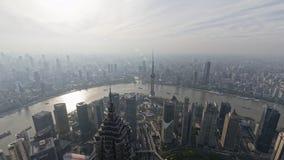 Tid schackningsperiod av den Shanghai bunden, modern stad i luftförorening, flyg- sikt av bundhorisont i skymning, skeppsegling  stock video