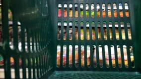 Tid schackningsperiod av den tomma korgen för supermarketshoppingvagn arkivfilmer