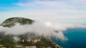 Tid schackningsperiod av det stora filmiska berget och längd i fot räknat för moln flyg- arkivfilmer