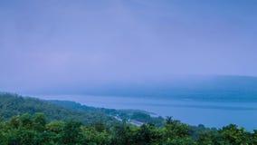 Tid schackningsperiod av dimma som driver över bergsjön arkivfilmer