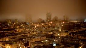 Tid schackningsperiod av dimma som passerar över San Francisco Skyline på natten stock video