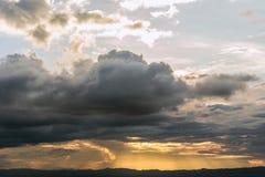 Tid schackningsperiod av dramatisk himmel med stormiga moln för regn och th Royaltyfri Fotografi