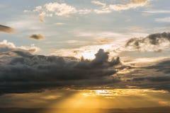 Tid schackningsperiod av dramatisk himmel med stormiga moln för regn och th Royaltyfri Bild