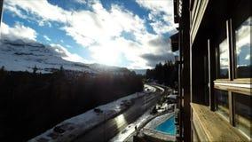 Tid schackningsperiod av en skidasemesterort Flaine i de franska fjällängarna, lager videofilmer