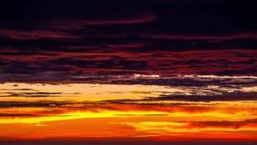 Tid schackningsperiod av färgrik cloudscape i morgonen arkivfilmer