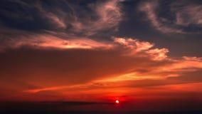 Tid schackningsperiod av färgrik dramatisk himmel med molnet på soluppgång Himmelwi Arkivbild