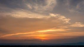 Tid schackningsperiod av färgrik dramatisk himmel med molnet på soluppgång Himmelwi Arkivbilder