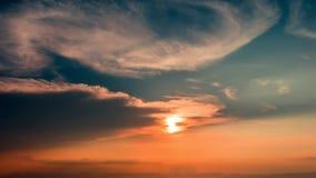 Tid schackningsperiod av färgrik dramatisk himmel med molnet på soluppgång Himmelwi Royaltyfri Foto