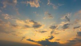 Tid schackningsperiod av färgrika moln, yrkesmässig fors, inget fladdrande, inte, fåglar lager videofilmer